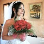 photo de la mariée avec roses rouge