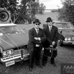 Mission Blues Brother devant les deux voiture e police