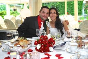 photo des mariés à la table