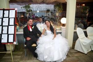 les mariés sur le banc signé par les invités