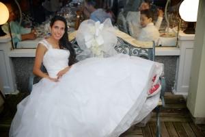 la mariée Karine assis sur un banc