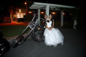 père et fille la mariée sur une moto