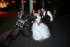 le couple mariés et le père sur la moto