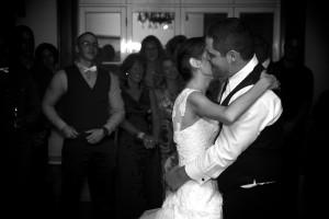 les mariés s'embrasse lors de la danse