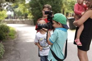 enfant prend-photo-des-parent-centre-nature-laval