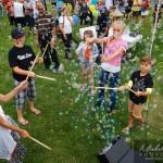 enfant s'amuse avec les bulles