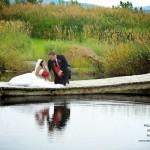 photo des mariés près du lac
